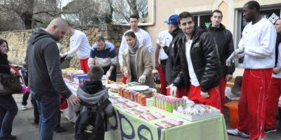 Vente de crêpes avec les joueurs du Sorgues Basket Club