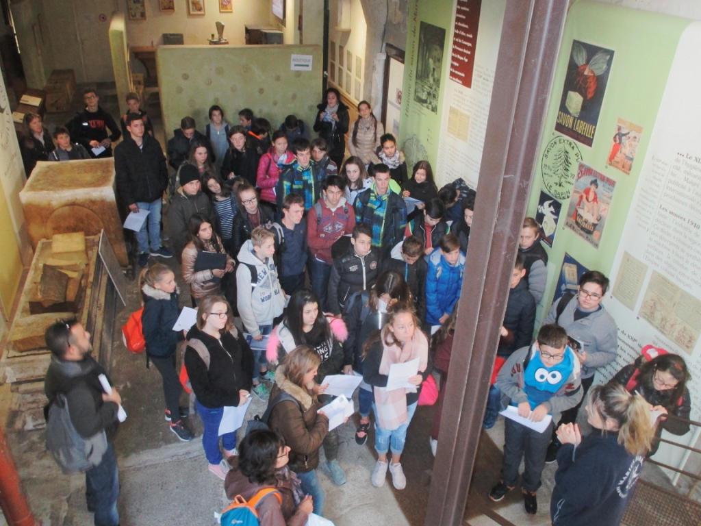Les élèves écoute la guide de la Savonnerie